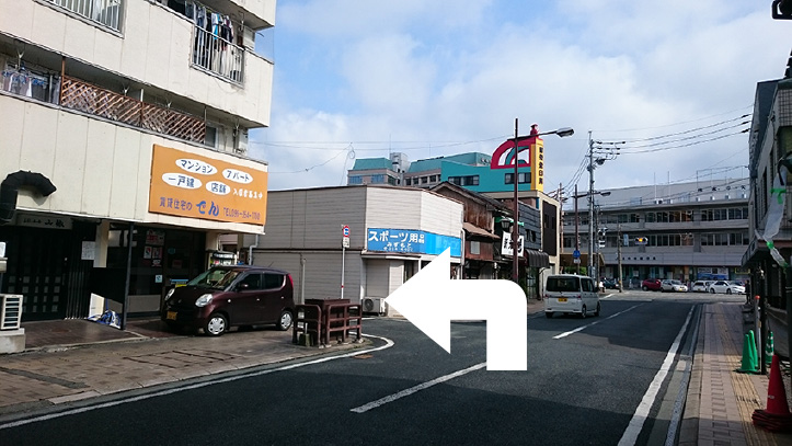 熊本中央郵便局へ向かい、郵便局手前の「田ビル」、「みずもとスポーツ店」の交差点を左折。