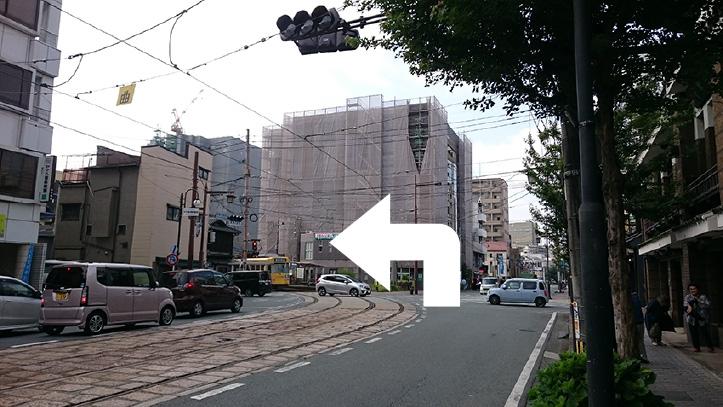 熊本市電B系統の電車通り沿いに新町電停を目指し、新町電停の交差点から左折