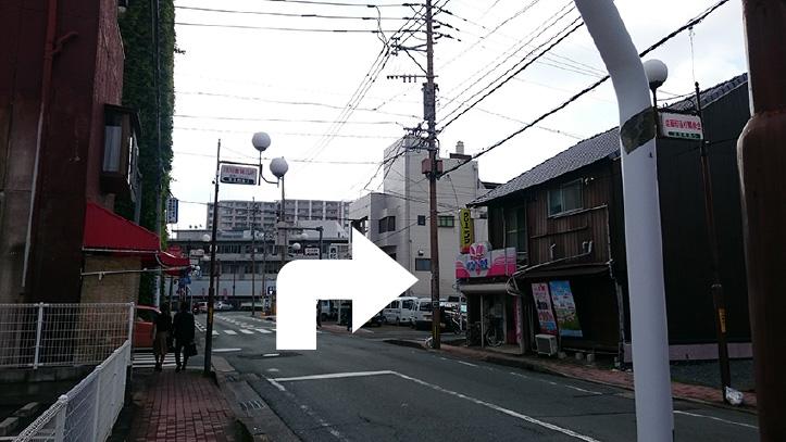 新町交差点を左折したら、中央郵便局の手前にある「ホワイト急便」さんから右折(この道は一方通行になります)