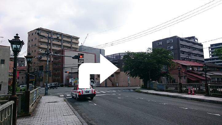 明八橋を渡ると交差点がありますので右折して「ゆめマート」さんのほうへ